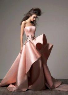 Персиковое платье с пышной юбкой
