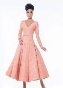 Персиковое платье длины миди
