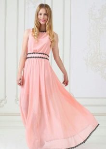 Персиковое платье с черной оборкой
