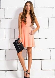 Персиковое короткое платье с черными аксессуарами