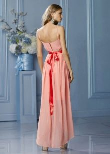 Персиковое платье с бантом цвета фуксия