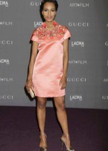 Персиковое платье с розовой отделкой