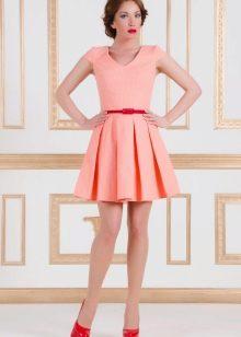 Персиковое платье с яркими туфлями