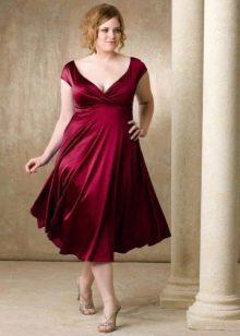 Платье винного цвета с завышенной талией для полных