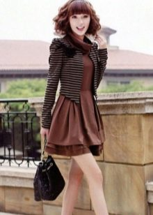 Черная сумочка и полосатый жакет к платью шоколадного цвета