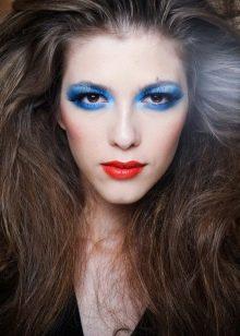 Макияж в стиле диско с голубыми тенями