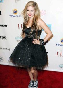 Аврил Лавин в платье стиле панк рок