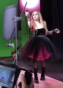 Аврил Лавин в платье коротком в стиле панк рок