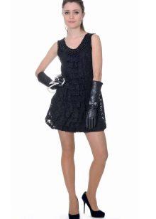 Короткое коктейльное платье в стиле рок с кожаными перчатками
