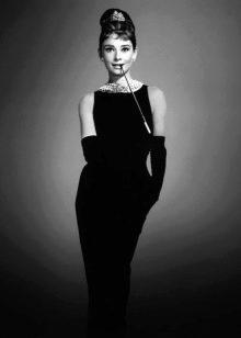 Одри Хепберн в черном платье