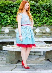 Мятное платье с красным подъюбником