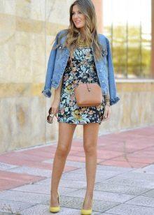 Цветочное платье с джинсовой курткой