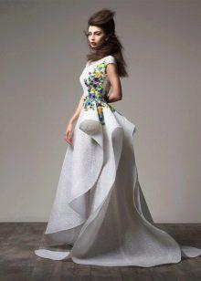 Вечернее платье с цветами на лифе