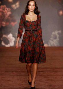 Платье с квадратным вырезом и цветочным принтом