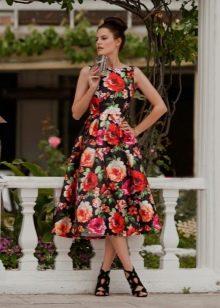 Платье с крупным цветочным принтом средней длины