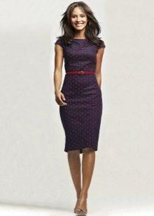 Синее офисное платье-футляр с контрастным ремешком