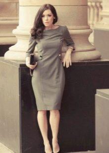Платье серого цвета в деловом стиле