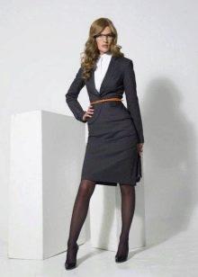 Черные колготки к офисному платью серого цвета