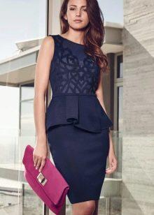 Платье-футляр с баской в деловом стиле синего цвета