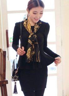 Черное платье делового стиля в сочетание с шейным платком