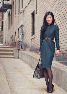 Офисное деловое платье темно-зеленого цвета