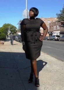 """Офисное платье в деловом стиле для женщин с фигурой """"яблоко"""""""