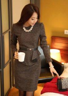 Платье в деловом стиле коричневого цвета