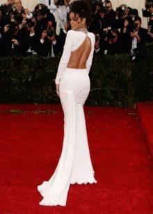 Длинное белое в пол платье с открытой спиной