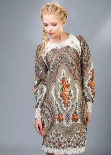 Платье в русском стиле с узорами и кружевом по подолу