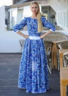 Современное длинное платье в русском стиле с узором гжель