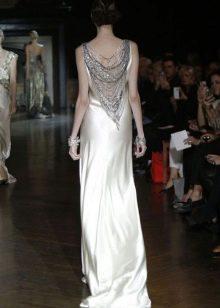 Длинное платье в стиле Гэтсби с бусами на спине