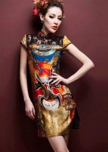 Шелковое платье в восточном стиле с ярким национальным рисунком
