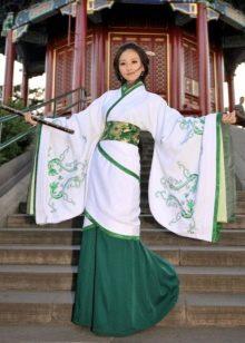 Зеленое платье с кружевом в восточном стиле