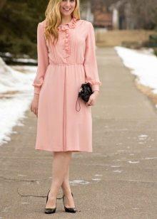 Розовое платье с туфлями-лодочка миди