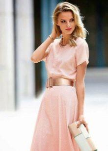 Макияж для блондинки под розовое платье