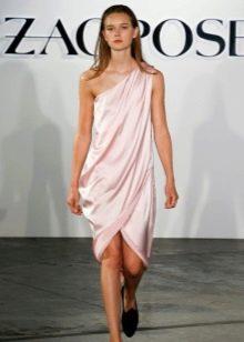 Короткое розовое платье на одно плечо