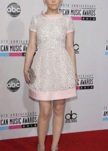 Розовое платье с серыми бусинками