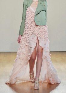 Розовое платье с зеленым пиджаком