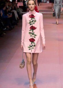 Розовое платье с красными цветами
