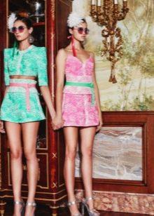 Розовое платье с зеленым поясом