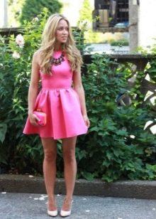 Вечернее платье розовое с массивным колье