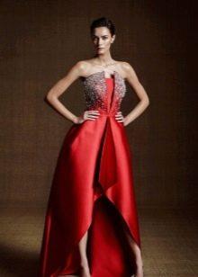 Красное шелковое платье с разрезом
