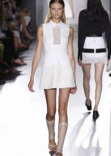 Белое спортивное платье