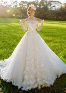 Свадебное платье с цветами в тон