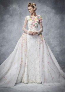 Красивое свадебное платье с цветочным принтом и цветами