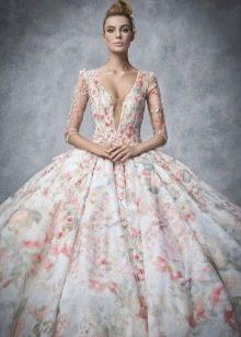 Красивое свадебное платье с цветочным принтом и глубоким екольте