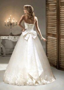 Свадебное платье с бантом и цветами в тон