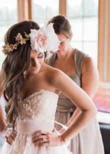 Свадебное платье с цветами на декольте