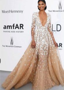 Пышное платье телесного цвета с белым кружевом