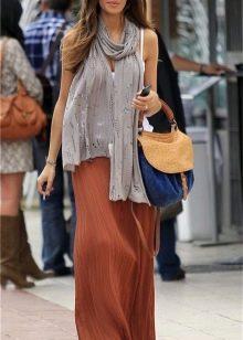 Терракотовое платье в сочетание с аксессуарами различных цветов